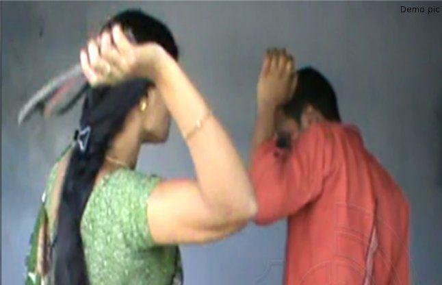 छेड़छाड़ करने पर महिला ने पुलिस वाले को चप्पलों से पीटा