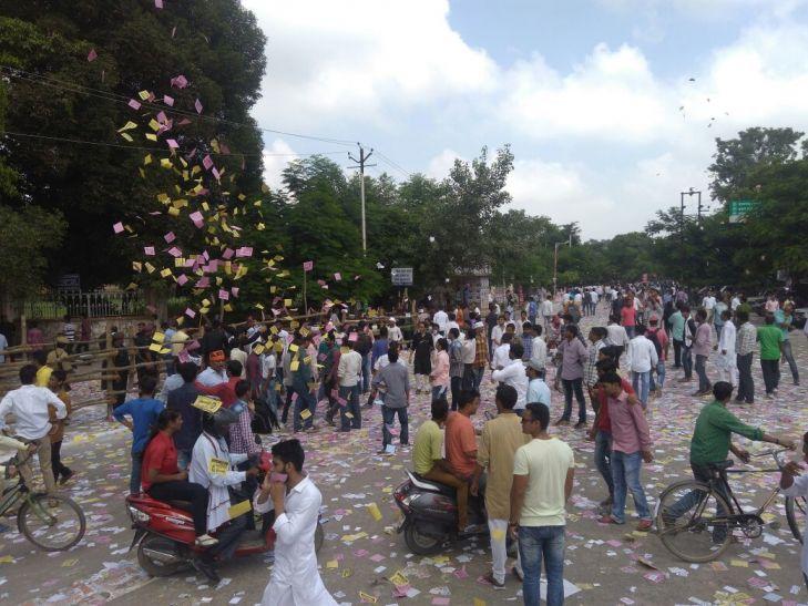 बमबाजी और मारपीट के बीच संपन्न हुआ छात्रसंघ चुनाव के लिए मतदान