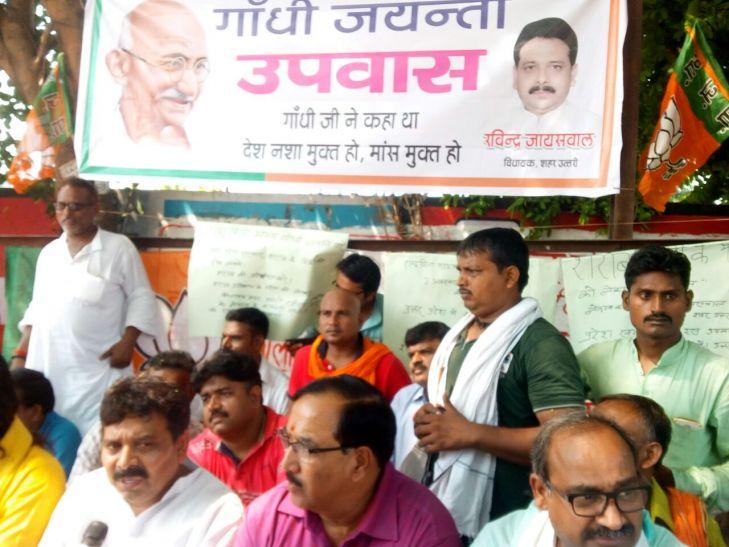 गांधी जयंती पर भाजपा विधायक की गांधीगिरी