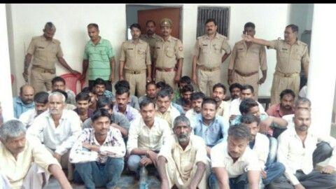 जुआरियों पर चला पुलिस का डंडा, 35 गिरफ्तार