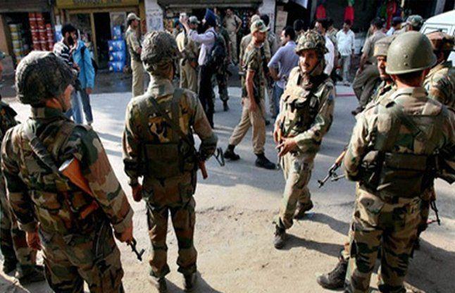 कश्मीर में आतंकवादियों ने सुरक्षाकर्मियोंं से हथियार छीने