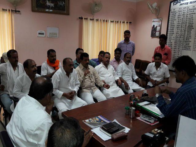 डीएम से मिले भाजपा नेता, पूछा- नवरात्री में क्यों लगाई है डीजे पर पाबंदी