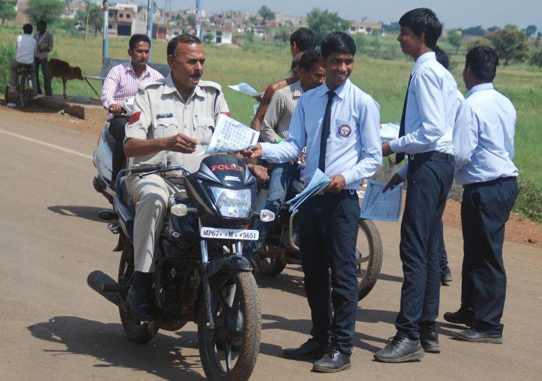 हेलमेट लगाएं, यातायात नियमों का पालन करें
