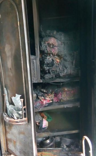 एक दम आया तेज वोल्टेज, घर में लगी आग, जल गए बिजली के सैंकड़ों उपकरण