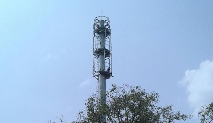 कलेक्ट्रेट में टावर पर चढ़े रिक्शाचालक, जानिए क्यों