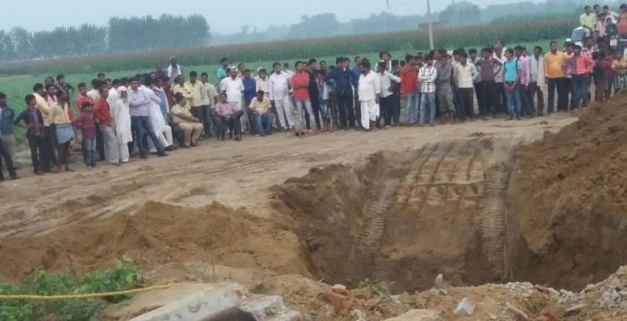 कुएं की मिट्टी ढहने से एक मजदूर की मौत, चार घायल