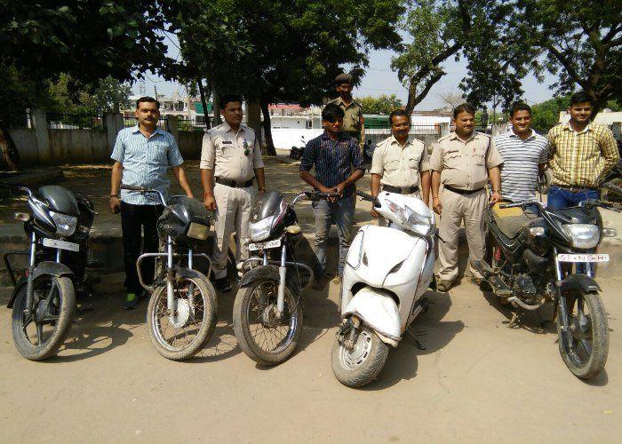 चोर गिरफ्तार, चार बाइक व एक स्कूटर बरामद