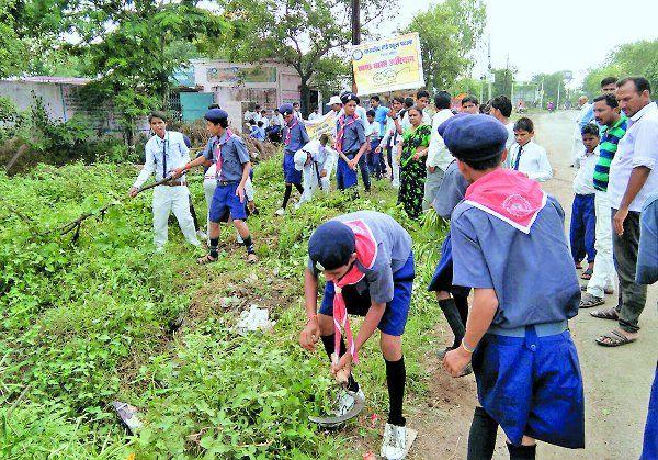 रेडक्रॉस और स्काउट दल ने गांव में की सफाई
