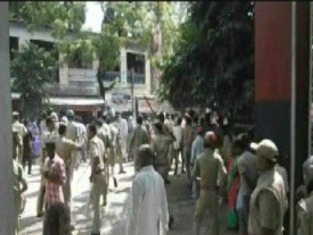 ग्रामीणों पर पुलिस ने बरसाई जमकर लाठियां, महिलाओं को भी नहीं बख्शा