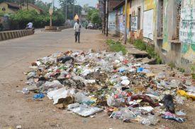 VIP सड़क बन गई कचराघर, आप भी देखें