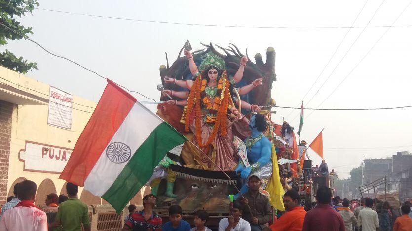 100 से अधिक दुर्गा प्रतिमाओं का एक साथ हुआ विसर्जन
