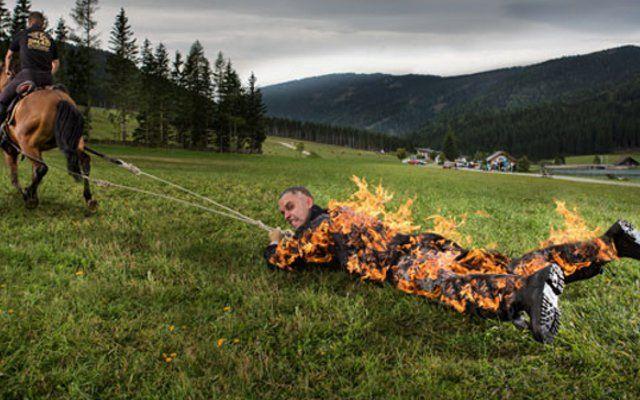 आग मेें जलते हुए स्टंटमैन को घोड़े से बांध सबसे ज्यादा दूर तक घसीटा, बना रिकॉर्ड