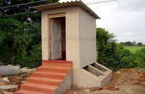 खूंटी की दो बहनों ने स्कॉलरशिप के पैसे से खुद बना लिया शौचालय