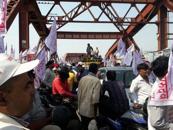 Varanasi stampede बनारस में थी जवाहर बाग बसाने की तैयारी