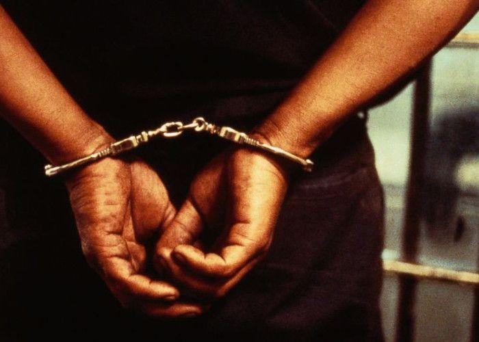 होटल में शराब के जाम छलकाते 10 लोग गिरफ्तार