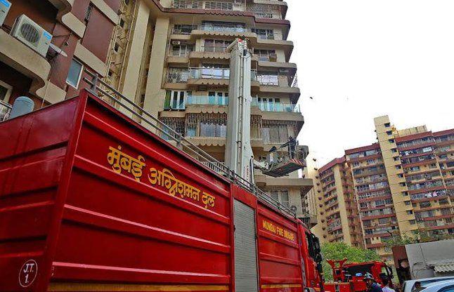 मेकर टावर में लगी भीषण आग, दो लोगों की मौत