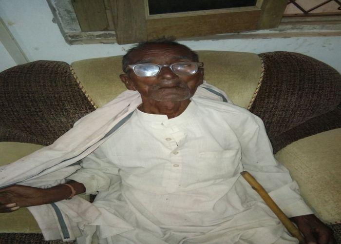 जिंदा होने का सबूत देने कलेक्ट्रेट पहुंचा 82 साल का वृद्ध