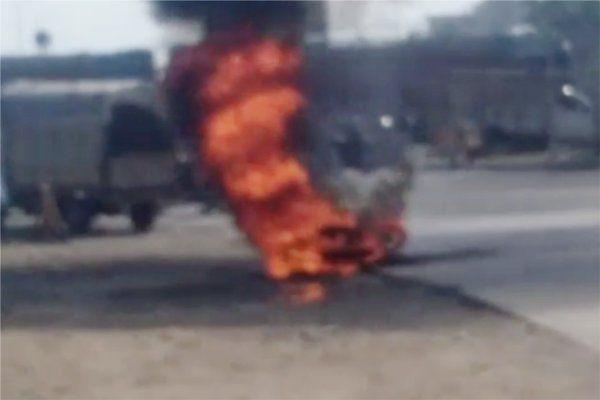 पेट्रोल पंप के पास खड़ी बाइक में लगी आग, 5 फीट तक उठी आग की लपटें
