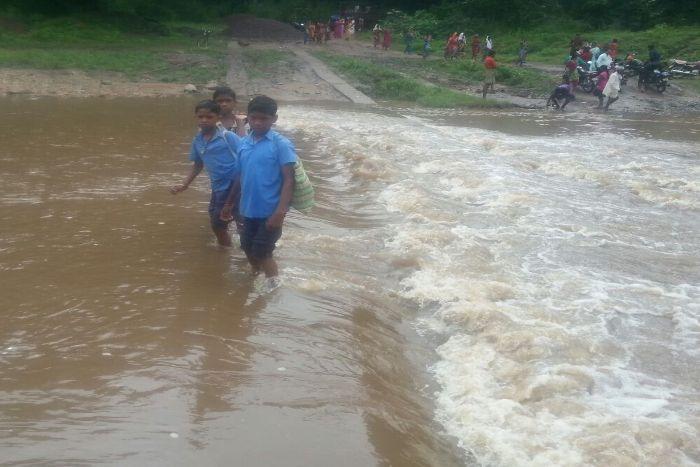 शिक्षा है जरूरी, पर स्कूल पहुंचने के लिए उफनती नदी पार करना है मजबूरी