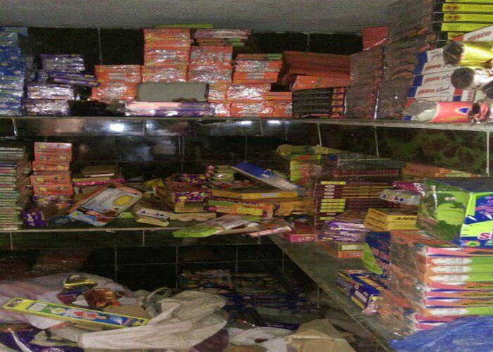 पुलिस ने पकड़े नौ लाख के पटाखे