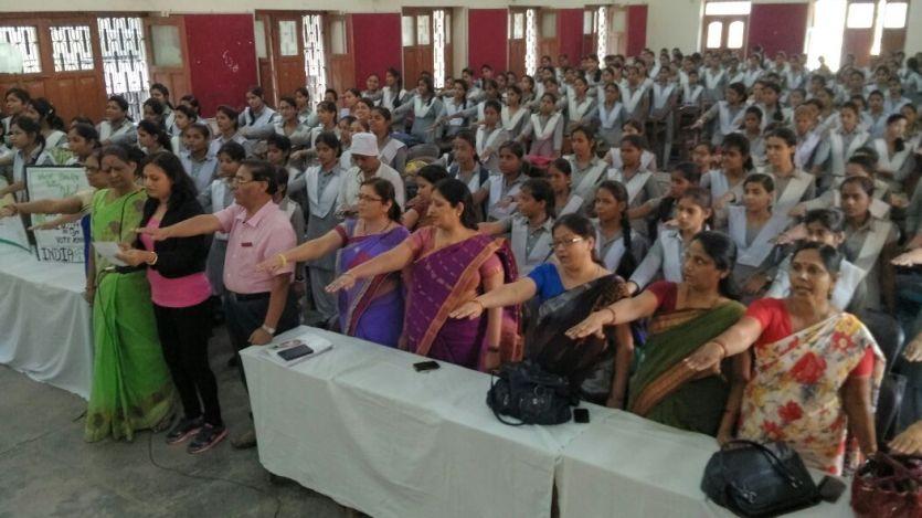 शत प्रतिशत वोटिंग के लिए छात्राओं को किया गया प्रोत्साहित