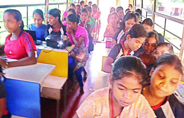 मोबाइल कम्प्यूटर वैन से हर हफ्ते 16 बच्चे ले रहे प्रशिक्षण