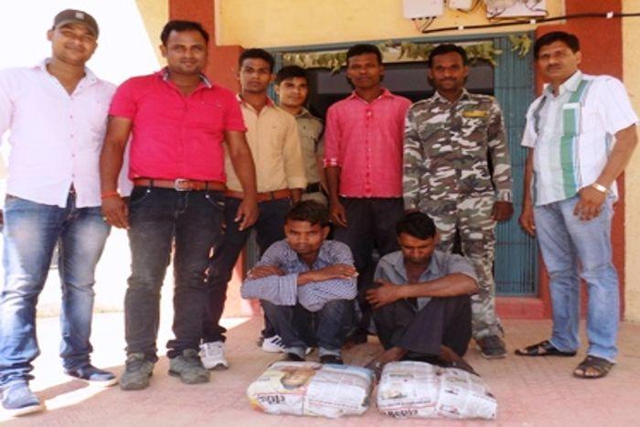 10 किलो गांजा के साथ दो तस्करों को पुलिस ने घेराबंदी कर दबोचा