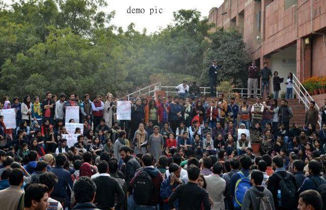 JNU में बंधक संकट खत्म, दफ्तर से बाहर आए वीसी