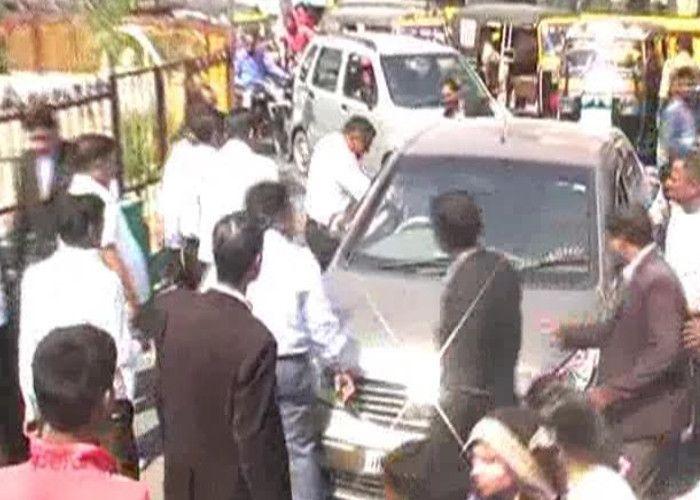 झाँसी में वकीलों की गुंडई, सड़क पर कार और ऑटो चालकों को पीटा, पुलिस हुई सरेंडर