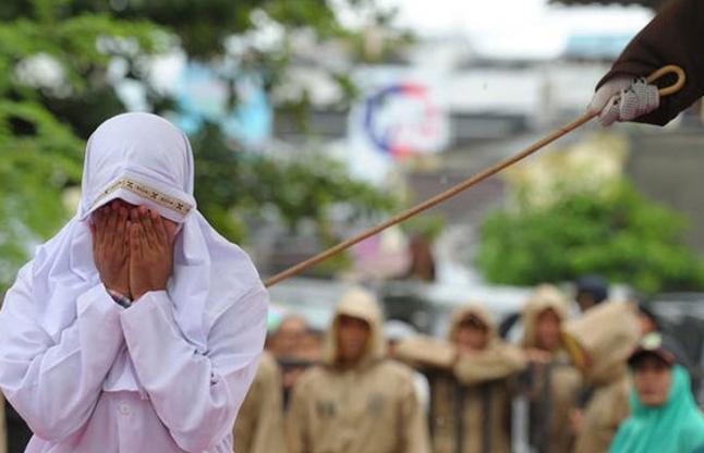 इंडोनेशिया: ब्वॉयफ्रेंड के करीब खड़ी हुई तो मिली ये सजा