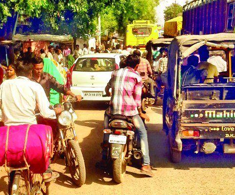 जिला अस्पताल के वाहन ने तोड़ा रेलवे गेट, लगा जाम