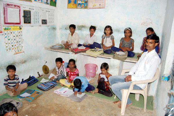 एक कमरे का सरकारी स्कूल, किचिन के प्लेटफार्म पर बैठकर पढ़ते हैं बच्चे