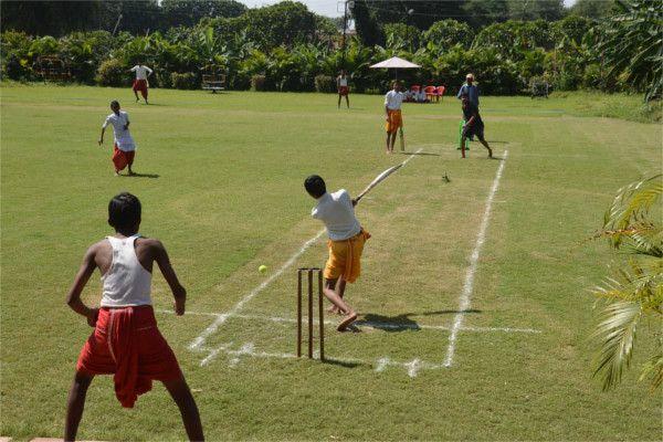 पहली बार पूजा-पाठ की ड्रेस पहन बटुकों ने खेला क्रिकेट
