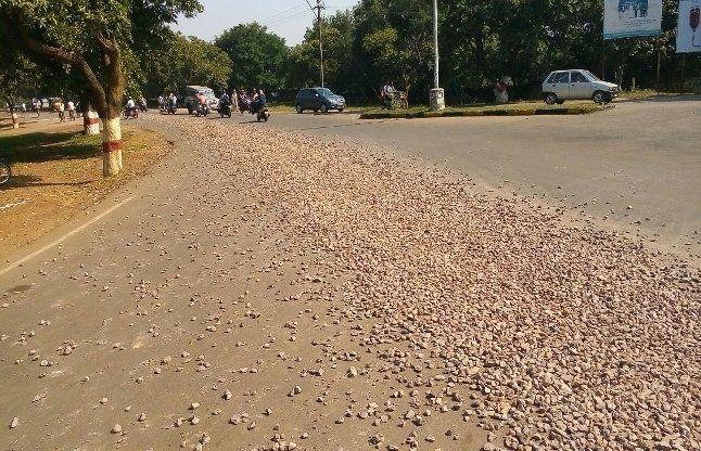 मार्निंग वाक पर निकले तो देखा कि साफ सुथरी सड़क पर गिट्टी बिखरी हुई
