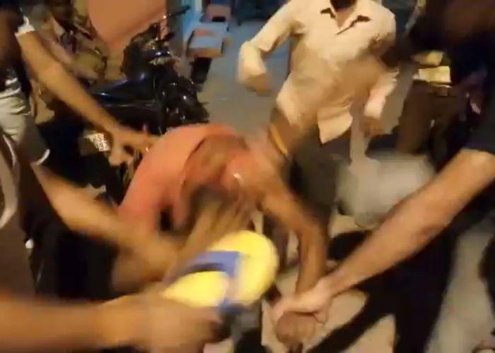 फैसला ऑन द स्पॉट, भीड़ ने चेन स्नैचर्स को जमकर धुना, देखें वीडियो
