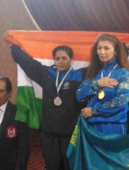 मिर्जापुर की आयरन गर्ल निधि नेउज्बेकिस्तान में जीता रजत पदक