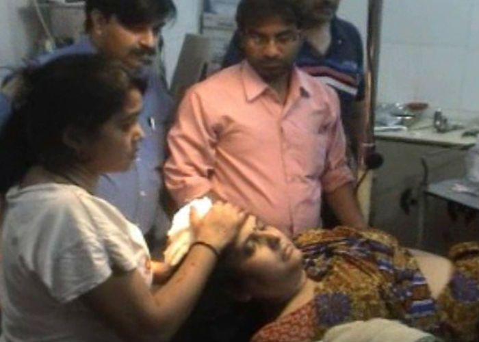 हॉस्पीटल में लूट, डॉक्टर की पत्नी को चाकू मारा
