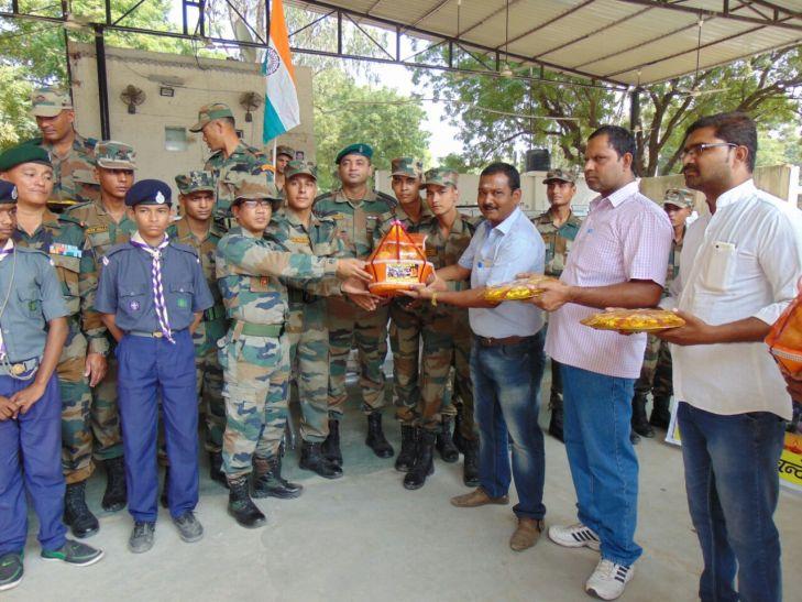 काशी में सैनिकों संग मनाई दिवाली, शहीदों की याद में जलाए दीप