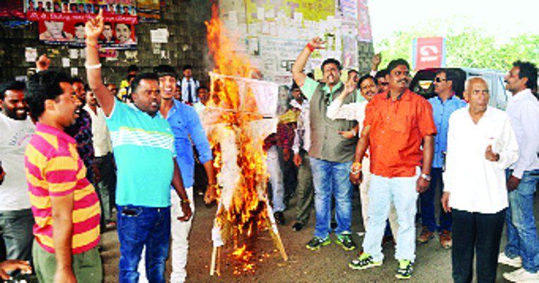 राहुल गांधी की गिरफ्तारी पर कांग्रेस ने पीएम मोदी पर उतारा गुस्सा, केंद्र सरकार का पुतला फूंका