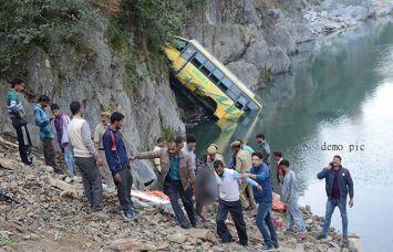 हिमाचल प्रदेश में बस नदी में गिरी, 18 मरे