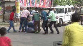 LIVE यूपी में गुंडागर्दी: पुलिस चौकी के सामने ही युवक को दौड़ा-दौड़ा कर पीटा