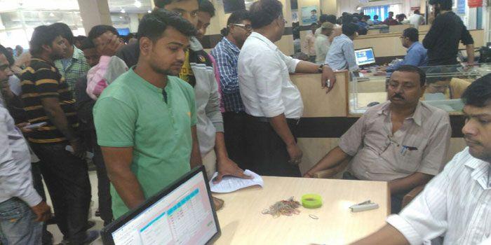 नोट बदलवाने के लिए दे रहे मजदूरी..., 300 से 400 रुपए मिलते हैं एक बार में