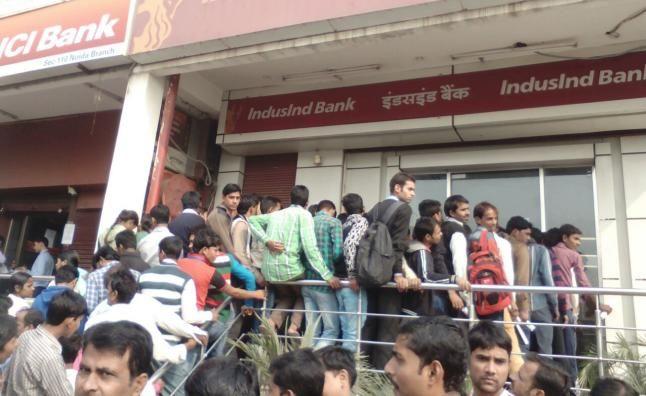 शादी में रुपये जुटाने को बैंक की कतार में खड़ा हुआ पूरा परिवार