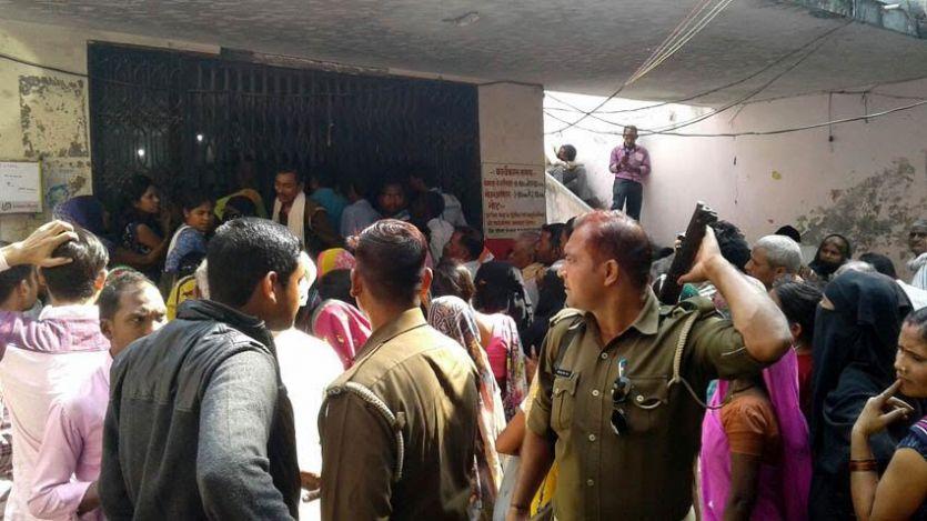 जौनपुर में बैंकों के सर्वर फेल, लाइन में लगे लोगों का फूटा गुस्सा