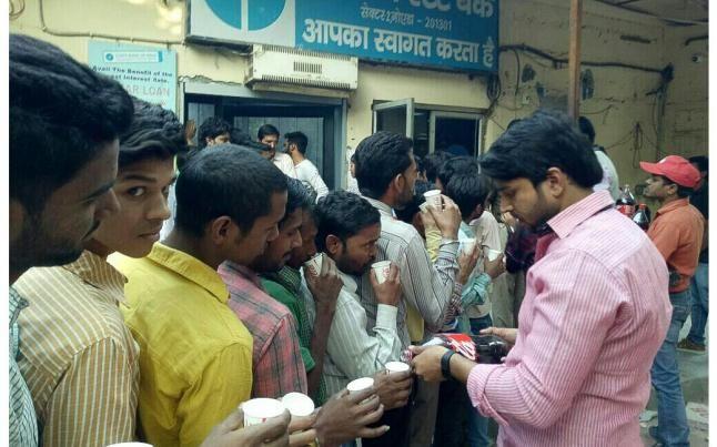 GOOD WORK: बैंक की लाइन में खड़े लोगों को कोल्ड ड्रिंक पिला रहे युवा