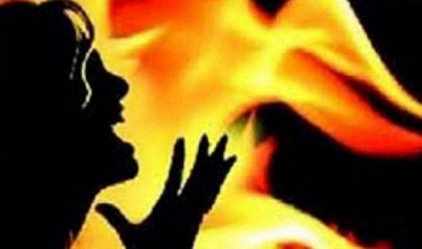 महिला और उसके दो बच्चों पर पेट्रोल छिड़ककर जिंदा जलाया