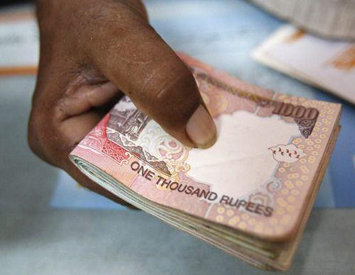अब बचे सिर्फ 4 दिन, लेकिन अभी भीकमीशन लेकर बैंकों में खपाए जा रहे हैं पुराने नोट
