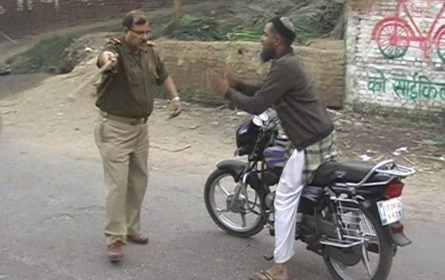 टेंपो-बाइक की टक्कर पर पथराव, पुलिस ने बदमाशों को घरों से निकाल कर पीटा