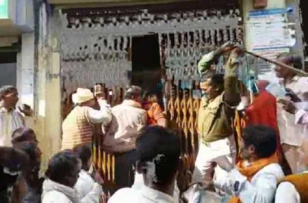 जौनपुर में पुलिस का कहर, नोट के लिए लाइन में लगी महिलाओं पर सिपाही ने बरसाईं लाठीयां