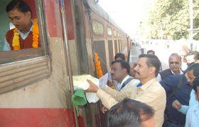ट्रेन का समय बदला तो यात्रियों ने ड्राइवर का मुहं मीठा किया